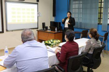 Estudiante Dianeth Fernandez Vanela, de la Facultad de Ingeniería Industrial sustenta su Trabajo de Graduación.