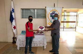 El Director del Centro Regional de la UTP, en Panamá Oeste, Ing.Gerardo Sánchez, entrega una tablets a uno de los estudiantes beneficiados con el equipo.