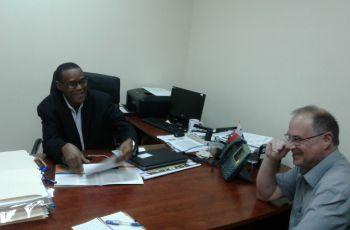 Dr. Brisett y el Dr. Abdoulaye Diallo, de la Facultad Ciencias y Tecnología.
