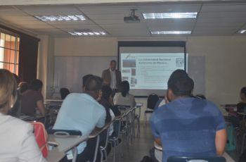 Dr. Alberto Caballero Ruíz, de la Universidad Autónoma de México, durante el conversatorio