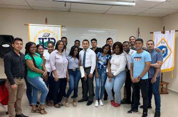 Estudiantes participantes de la feria de emprendimiento