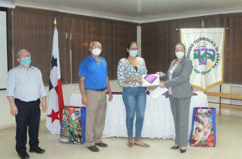 Entrega de equipo electrónico a estudiantes del Centro Regional de Azuero.