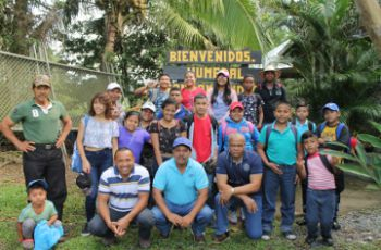 Grupo de niños y jóvenes que participaron de la gira y las charlas.