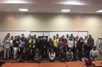 El Dr. Oscar Chang, de la Universidad Yachay Tech (Imbabura, Ecuador), compartió con docentes, estudiantes y autoridades.