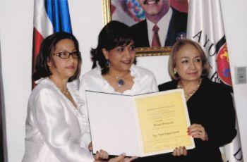 La Ingeniera Angela Laguna recibe la declaración de Huésped Distinguida.