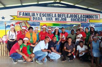 Administrativos, Profesores y Estudiantes compartiendo con los niños de la Escuela de Peñas Blancas en la Comunidad de Buena Vista.