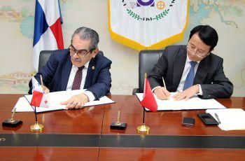 El Ing. Héctor Montemayor, Rector de la UTP y el Vicerrector de CSU, Chen Chunyan, firman el acuerdo.