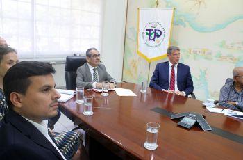 Alrededor de una mesa en rectoría directivos presentan a la UTP un proyecto de reintroducción y acercamiento.