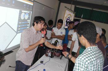 Profesionales y estudiantes exponen temas de informática.