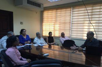 Dr. Humberto Rodríguez explicando detalles de la  Acreditación con la Agencia ABET a profesores y autoridades participantes de la FIM