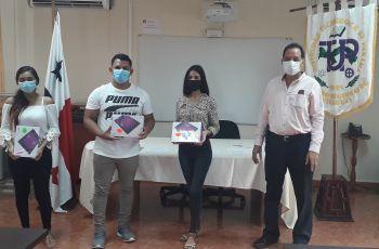 Estudiantes del Centro Regional de Veraguas reciben tablets de mano del Director del Centro.