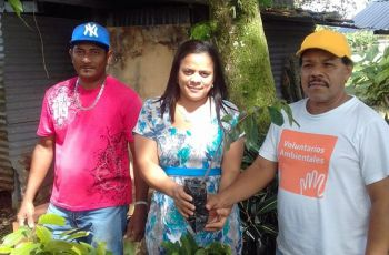 Personal de la cooperativa de ahorro y crédito el educador bocatoreño R. L., junto con el Ing. Abelardo Franco.