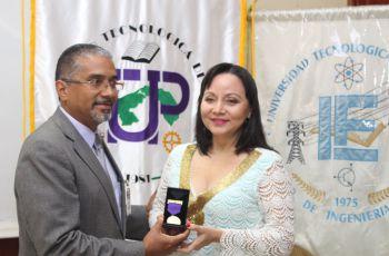 Entrega de la Medalla Dr. Víctor Levi Sasso, a la esposa del Ing. Roberto Barraza, Sra. Rocío Jaramillo reci
