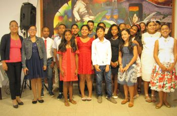 Profesora Lilisbeth Loiza, junto con un grupo niños participantes del curso.