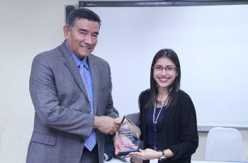 Rector de la UTP, Dr. Oscar Ramírez entrega premio a Karen García por la Excelencia Administrativa