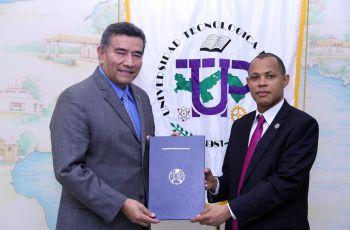 Rector de la UTP, Dr.Oscar Ramírez sostiene convenio con el representante de CSI Caribe