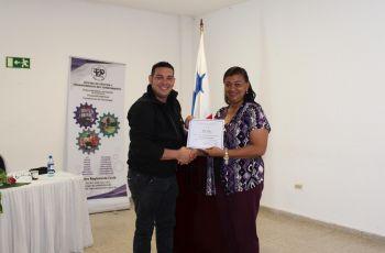 Ing. Yaneth Gutiérrez entrega certificado a Licdo. Grey Diaz, expositor.