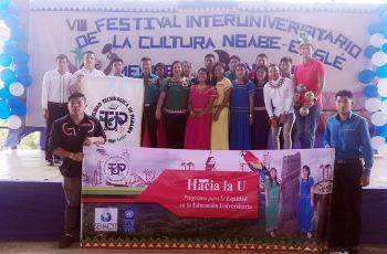 Estudiantes de la Universidad Tecnológica de Panamá que participan en el Programa Hacia la U.