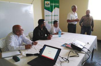 Mesa principal de la reunión con productores de cebolla