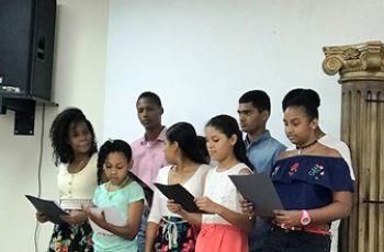 Los participantes del curso de verano de ingles demostrando todas sus destrezas artísticas, en el Show de Talentos.