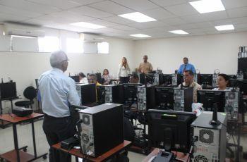 Seminario Taller en desarrollo, se ve al instructor frente a los asistentes.