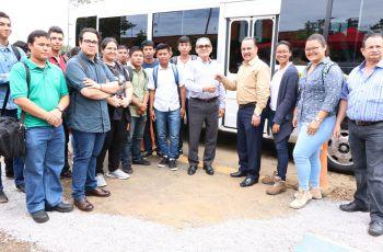 Entrega de las llaves del nuevo bus por el Rector de la UTP, Ing. Héctor Montemayor