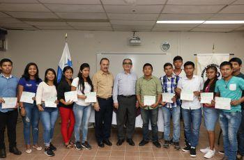 La primera reunión del Rector de la UTP, fue con los estudiantes y posteriormente, entregó estipendio a estudiantes de Hacia la U.