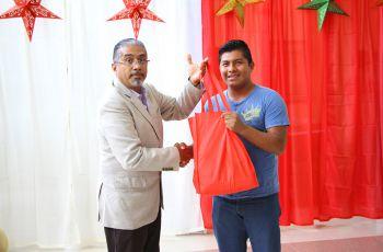 autoridad entrega bolsa a estudiante.