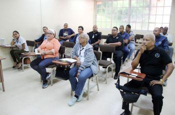 Colaboradores de Seguridad y Vida Universitaria durante curso de primeros auxilios.
