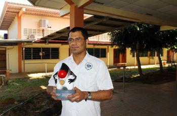 Licdo. Aristides Villarreal sostiene su premio.