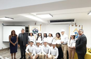Estudiantes que recibieron sus cascos de ingeniería.