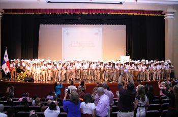 Los 160 estudiantes que recibieron sus cascos posan con el Decano sobre la tarima del Teatro UTP.