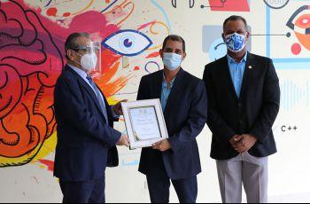 El Ingeniero Ricardo Cerezo, recibe reconocimiento de manos del Rector de la UTP, acompañado del Decano Clifton Clunie.