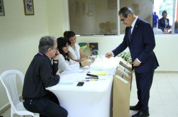 El Ing. Montemayor realiza la votación.