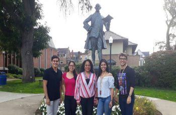 En la foto de la derecha, de izquierda a derecha: Daniel Acosta, Danna Villarreal, Profa. Viccelda Domínguez de Franco, Elaine Cortés y Luis Pino.
