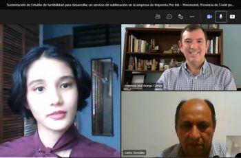 Estudiante Rachel Him junto a el Ing. Carlos González, el Ing. Miguel López y el Ing. Francisco Arango