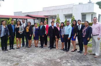 Estudiantes de Licenciatura en Mercadeo y Comercio Internacional,junto con sus profesores asesores.