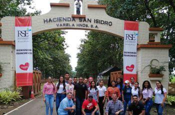 Grupo del Centro Regional de Coclé en la entrada de la hacienda