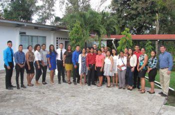 Ing. Francisco Arango junto con los estudiantes miembros del Grupo