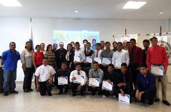Estudiantes desarrolladores de la página con las autoridades de la UTP.