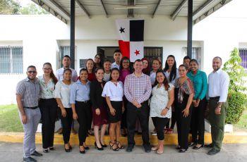 Ing. Francisco Arango con estudiantes de Coclé Avanza.