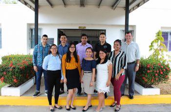 Mgtr. Francisco Arango con estudiantes que concluyeron sus pasantías.