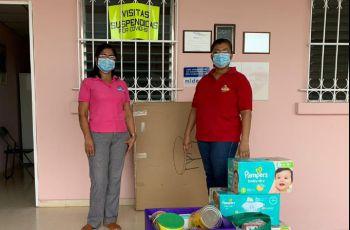 Ing. Yaneth Gutiérrez, Directora del C. R. Coclé, entrega donación a Licenia Campos de Suárez.