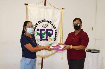 Ing. Yaneth Gutiérrez, entregando Tablets a estudiante.