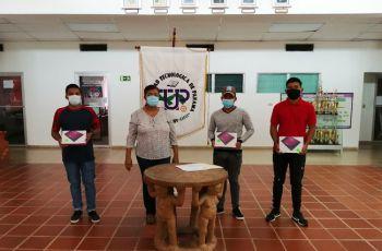 La Directora del Centro Regional de Coclé, junto a tres estudiantes que recibieron sus tablets.