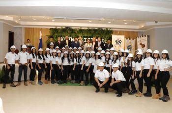 Estudiantes de tercer año de las Facultades de Ingeniería Mecánica y de Ingeniería Industrial, acompañados de autoridades e invitados.