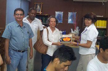 Magister Esther Urieta entrega donación de libros a la Biblioteca.