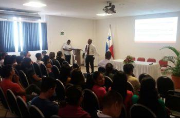 El Director del Centro Regional de Coclé, Lic. Pablo Moreno Flores hablando con los estudiantes.