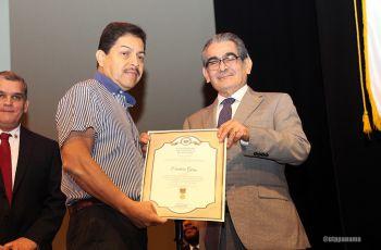 El ex colaborador Cayetano Sánchez, recibe Medalla al Mérito, por el Rector Montemayor.