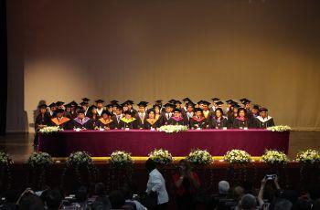Los 46 graduandos aparecen con las autoridades de La UTP.